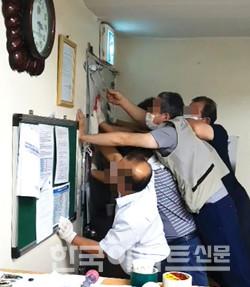 9월 3일 D사 측이 관리사무소 철문을 망치로 내리치자 S사 측 직원들이 이를 막고 있다.